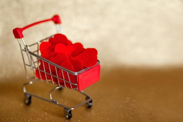 Kar met hartjes op gouden achtergrond valentijnsdag
