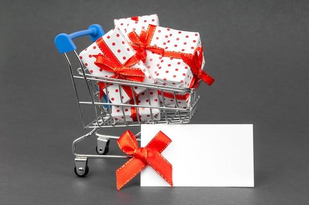 Kar vol geschenken met plaats voor tekst mock-up. black friday en vakantieconcept.