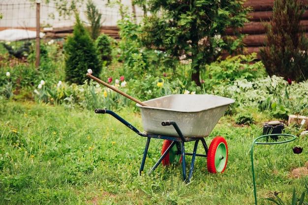 Kar voor het vervoeren van vracht in de tuin, gereedschap voor tuinieren en thuislandbouw.