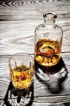 Karaf en een glas oude cognac op een houten tafel