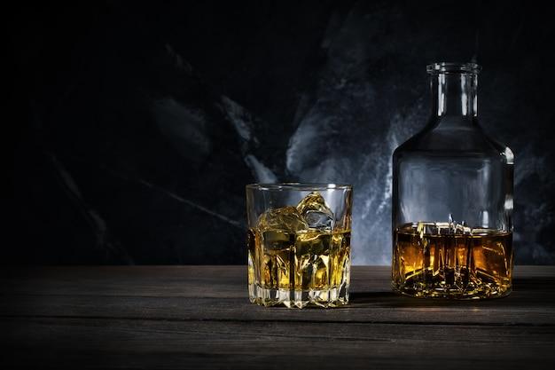 Karaf en glas whisky met ijs