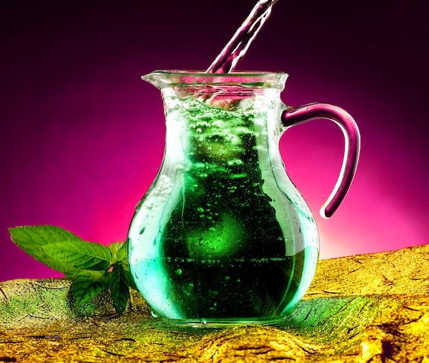 Karaf water en verse munt