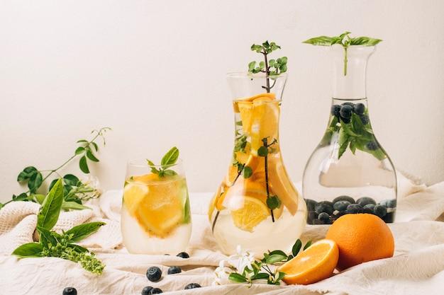 Karaffen met sinaasappels en bosbessen