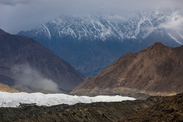 Karakoram-gebergte hoper-gletsjer op weg naar rush-meer