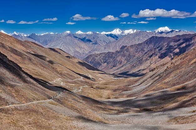 Karakorum range en weg in de vallei, ladakh, india