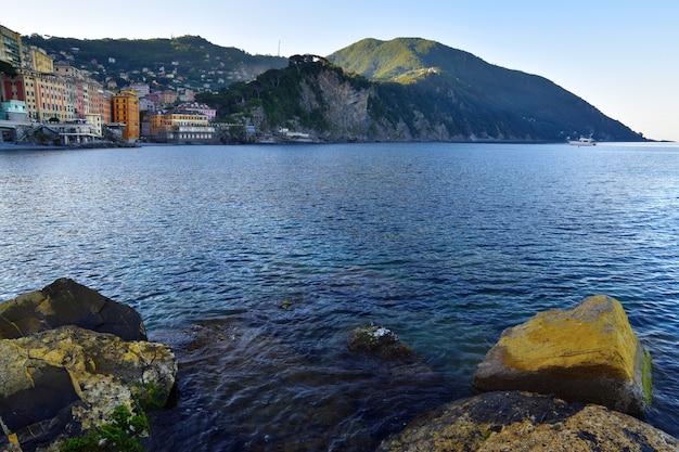 Karakteristieke gekleurde huizen in camogli met uitzicht op de zee