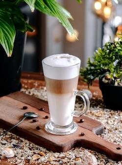 Karamel latte op de tafel