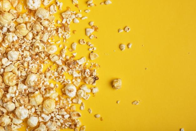 Karamelpopcorn op een gele achtergrond
