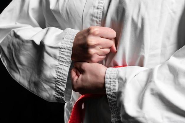 Karate atleet met rode riem poseren close-up