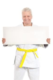 Karate senior man met witte poster op witte achtergrond