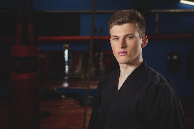 Karate speler man poseren en kijken