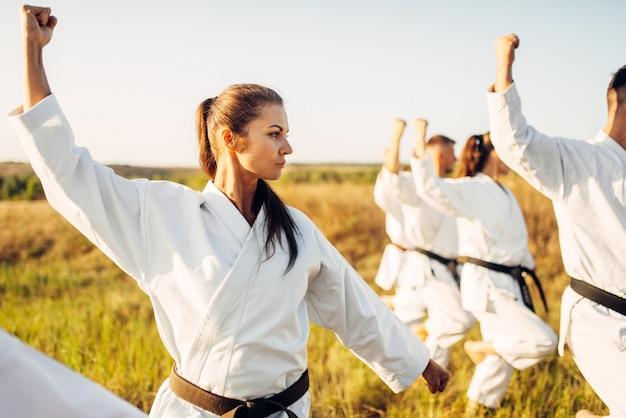 Karategroep met meester in witte kimono