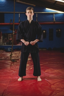 Karatespeler die karatehouding uitvoeren