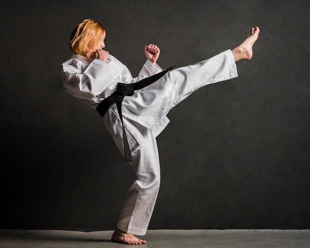 Karatevrouw die volledig schot schoppen
