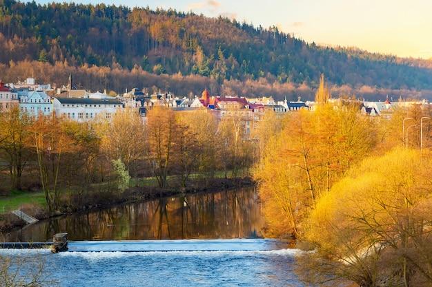 Karlovy vary stad aan de rivier de tepla. Premium Foto