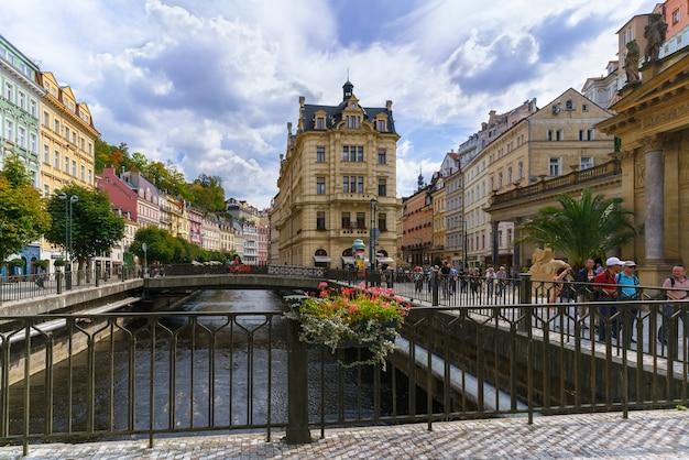 Karlovy vary, tsjechië - 9 september 2018: toeristen die het prachtige historische karlovy vary of carlsbad bezoeken, het meest bezochte kuuroord in west-bohemen, tsjechië
