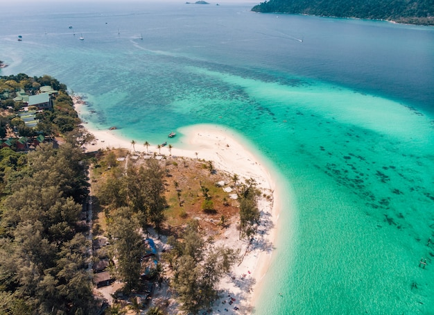 Karmastrand in smaragdgroene zee bij eiland lipe