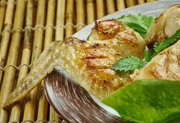 Karnemelk gepekelde gegrilde kip, gedrenkt in een mengsel van karnemelk, bruine suiker en hete saus om smaak en sappigheid te garanderen
