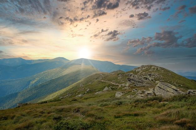 Karpaten bergketen op zomerochtend. schoonheid van wilde maagdelijke oekraïense natuur. vredigheid.