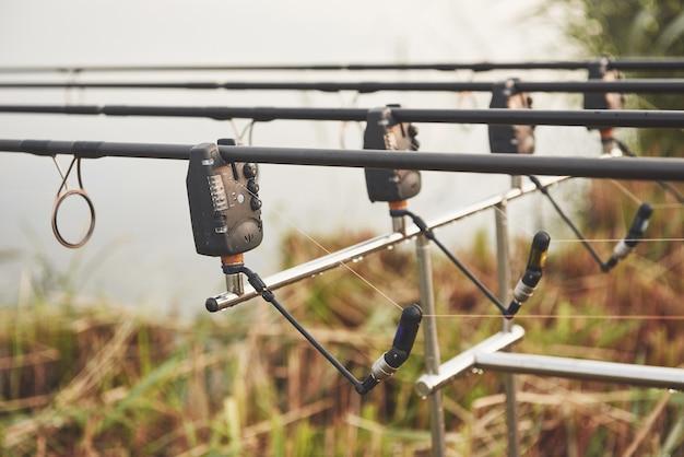 Karperhengels staan op speciale statieven. dure spoelen en een radiosysteem van haakwerk