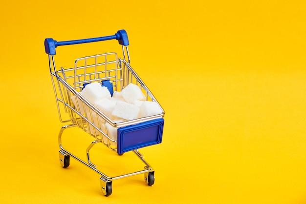 Karren met boodschappen winkelen supermarkt winkel gele achtergrond. hoge kwaliteit foto