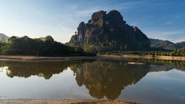 Karst bergen en reflectie van nong thale reservoir moeras, provincie krabi, thailand. beroemde toeristenbestemming. natuurlijk landschap