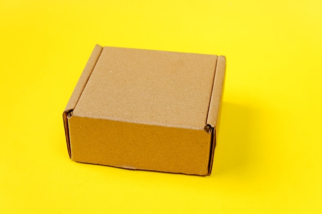 Karton geïsoleerd op een gele achtergrond