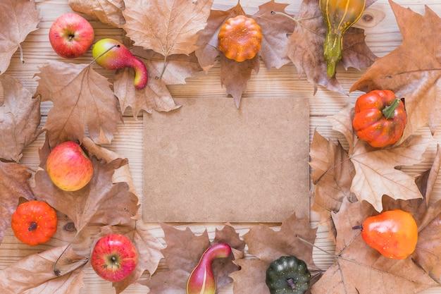 Karton tussen bladeren en groenten