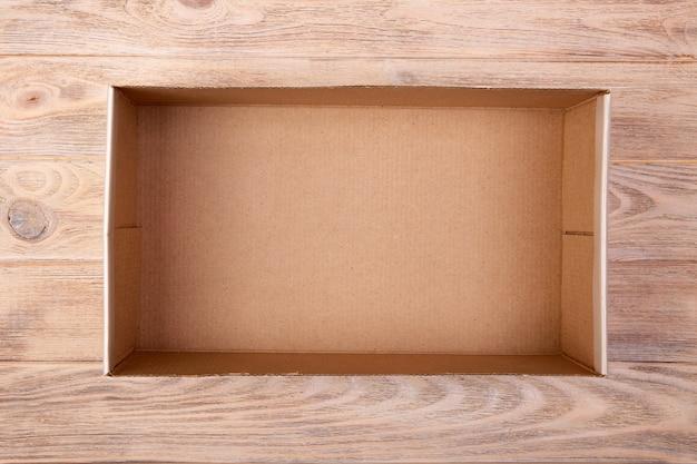 Kartondoos op een wit hout