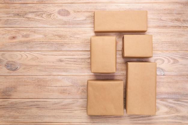 Kartondoos op witte houten achtergrond