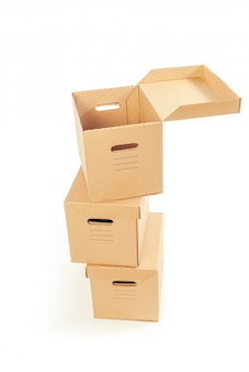 Kartondozen over wit worden geïsoleerd dat