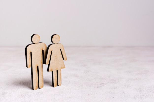 Kartonman en vrouwengelijkheidsconcept met exemplaarruimte