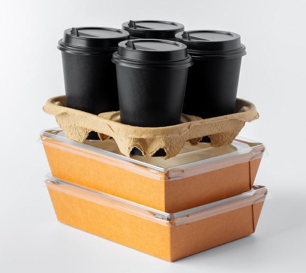Kartonnen bruin voedseldoos pack geïsoleerd op wit