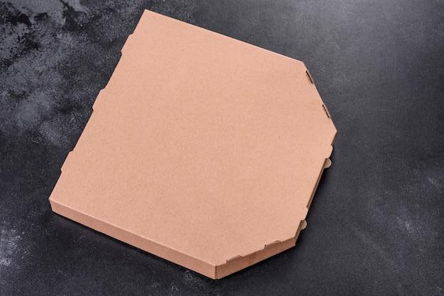 Kartonnen bruine doos met vierkante vorm voor transport en bezorging van pizza. mediterrane keuken
