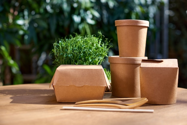 Kartonnen containers voor eten, drinken, artikelen. levering, afhaalmaaltijden, eco-productie verpakkingsconcept