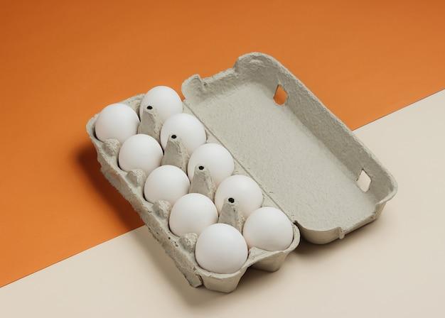 Kartonnen dienblad met eieren op bruin beige backgroundt