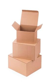 Kartonnen doos geïsoleerd op een wit oppervlak