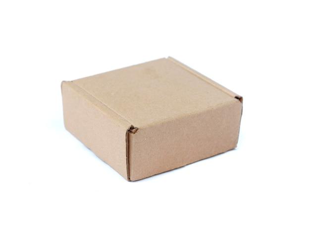 Kartonnen doos geïsoleerd op een witte achtergrond