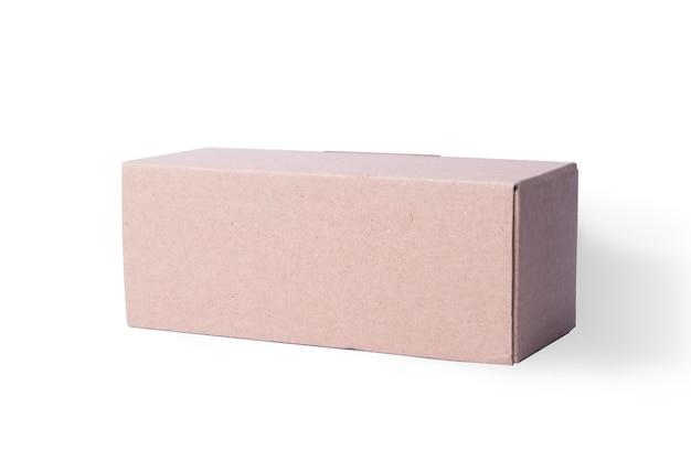 Kartonnen doos geïsoleerd op witte achtergrond