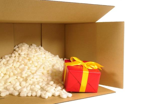 Kartonnen doos levering met rode gift binnen