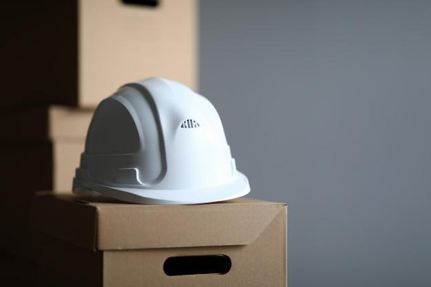 Kartonnen doos ligt witte beschermende helmbouwer
