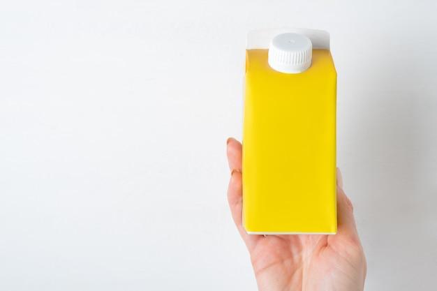 Kartonnen doos melk geïsoleerd op wit