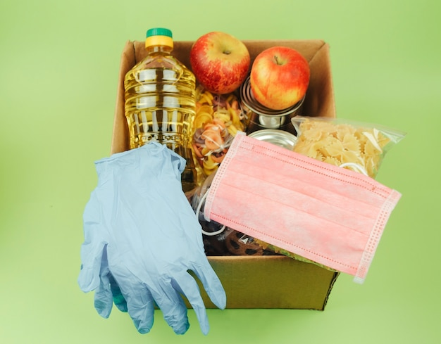 Kartonnen doos met een donatie voor mensen in nood met voedsel