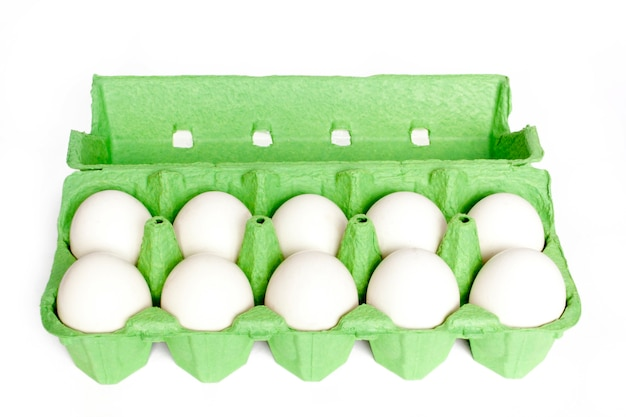 Kartonnen doos met eieren geïsoleerd op de witte achtergrond
