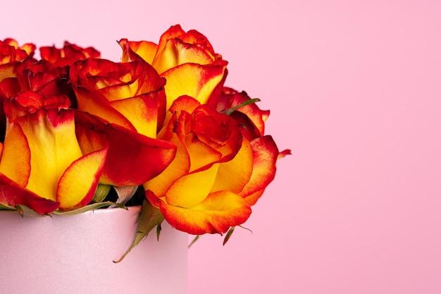 Kartonnen doos met rozen