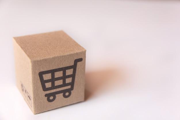 Kartonnen doos of pakket met supermarkt kar logo op wit