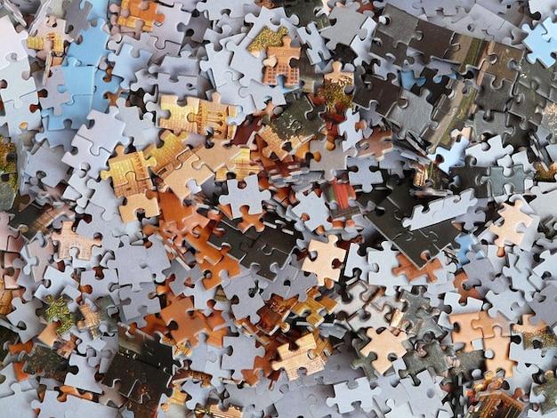 Kartonnen doos onvoltooide puzzel puinhoop onopgeloste