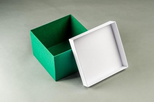 Kartonnen doos op een grijze achtergrond