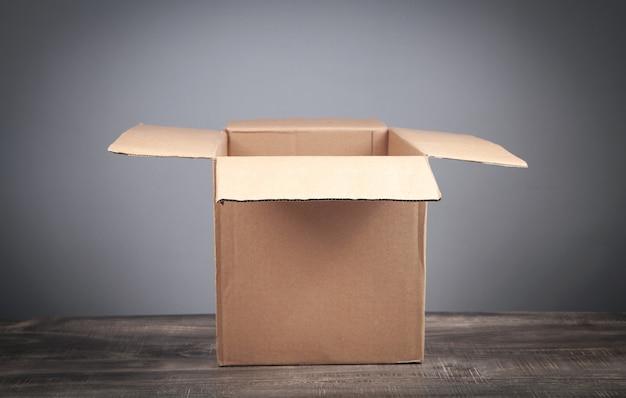 Kartonnen doos op een houten tafel.