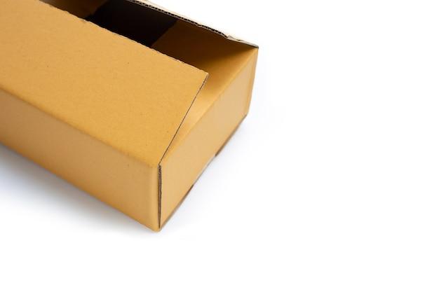 Kartonnen doos op wit